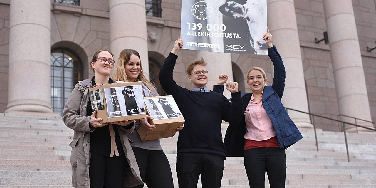 Elainpolitiikka.net on SEYn ja Eläinsuojeluliitto Animalian sivusto, jolla esitellään suomalaista eläinpolitiikkaa eläinsuojelun sekä eläinten oikeuksien näkökulmasta. Kuvassa SEYn ja Animalian väkeä Eduskuntatalon portailla juhlistamassa Eläinlaki-vetoomuksen keräämää 139 000 allekirjoitusta.