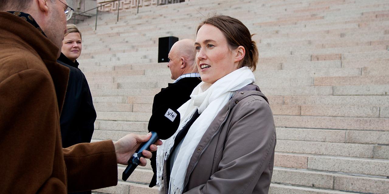 SEYn asiantuntijat ovat median palveluksessa. Kuvassa SEYn toiminnanjohtaja Kati Pulli Ylen haastattelussa Eduskuntatalon edessä.
