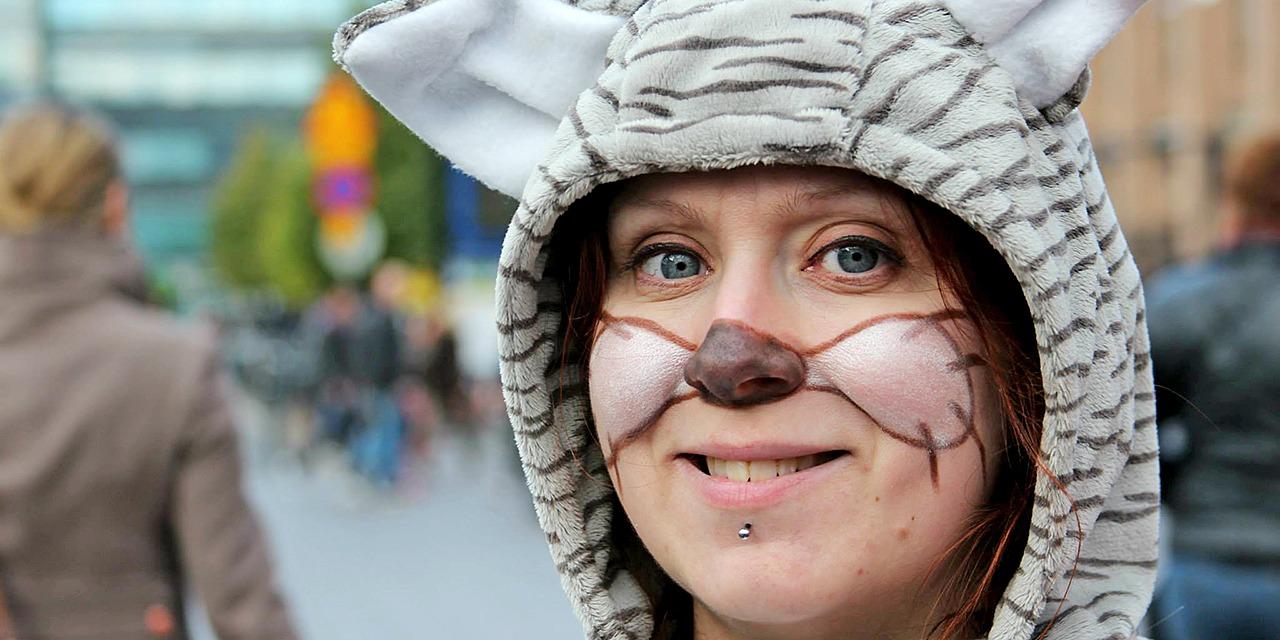 Ryhdy eläinsuojelijaksi ja aloita vapaaehtoistyö eläinten hyväksi. Kuvassa eläinpukuun pukeutuneen naisen kasvot, joissa on kasvomaalaus nenästä ja viiksistä.