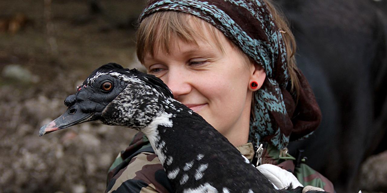 Jaamme joka vuosi Eläinten viikolla Vuoden eläinsuojeluteko -palkinnon henkilölle tai organisaatiolle, joka on toiminnallaan tuonut esiin epäkohtia eläinten oloissa tai edistänyt merkittävällä tavalla eläinten hyvinvointia. Kuvassa vuonna 2014 palkittu Piia Anttonen lintu sylissään.