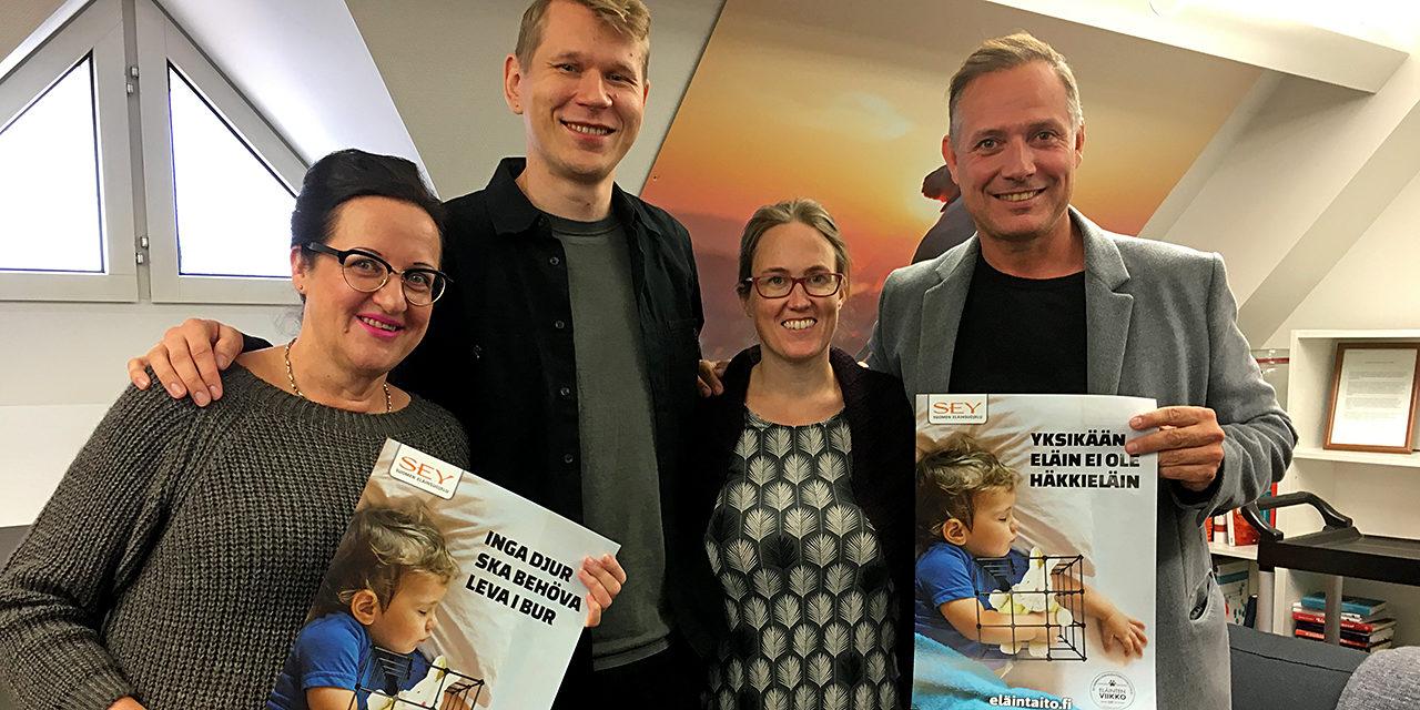 Monet yritykset tukevat toimintaamme. Kuvassa SEYn porukkaa sekä Marko Björs ja Merja Naumanen Eläinsuojelugaalasta. Naumanen ja Björs pitelevät käsissään SEYn Yksikään eläin ei ole häkkieläin -julisteita.