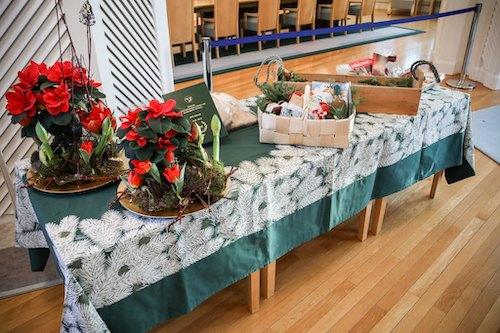 Kuvassa kasvisruokakori pöydällä