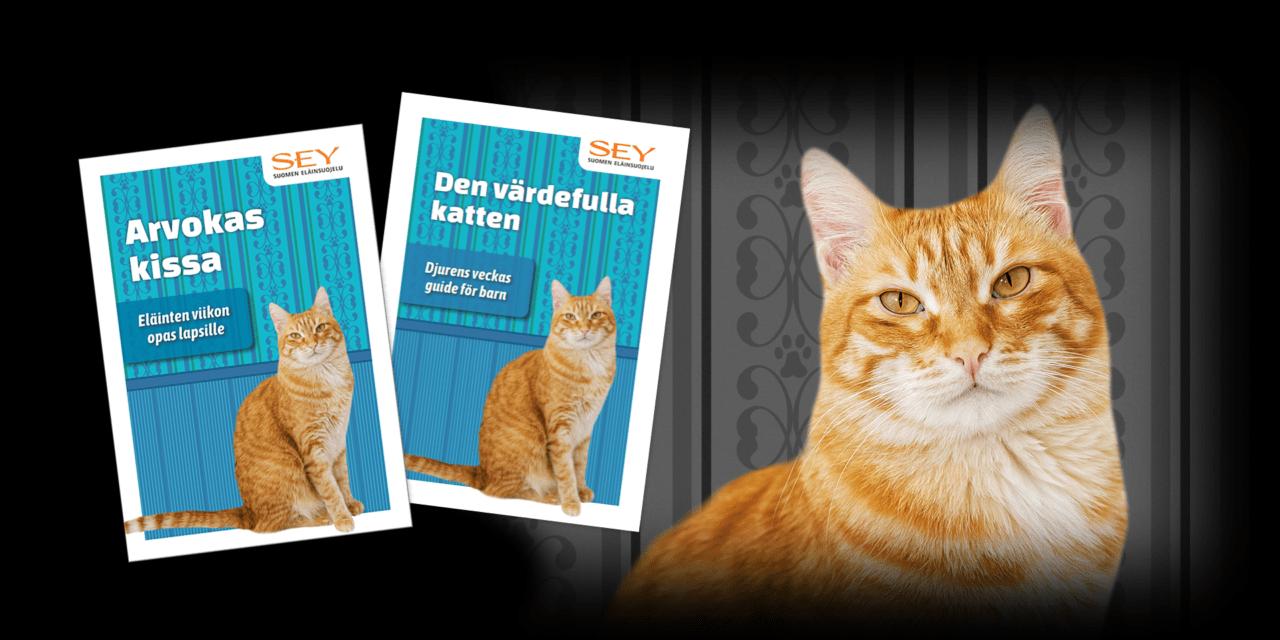 Suomen- ja ruotsinkielisten Eläinten viikon kissaoppaiden kansikuvat ja lisäksi kameraan suoraan edestäpäin katsova oranssiraidallinen kissa.
