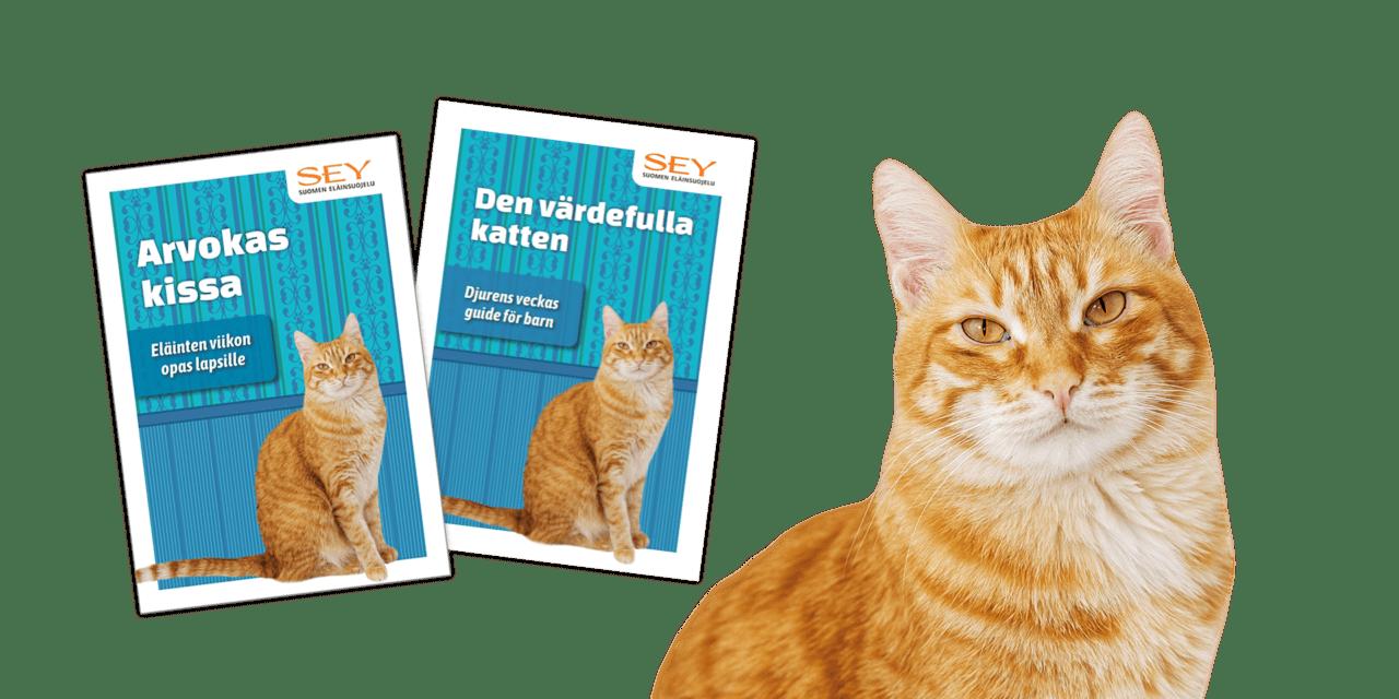 Suomen- ja ruotsinkielisten kissaoppaiden kansikuvat ja lisäksi kameraan suoraan edestäpäin katsova oranssiraidallinen kissa.