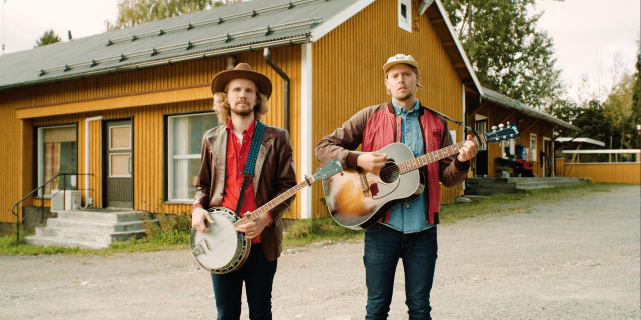 Kalevauva.fi yhtyeen Kimmo ja Aapo seisovat keltaisen talon edessä